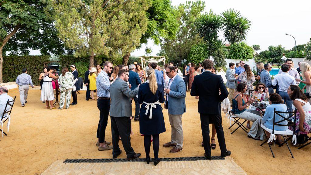 invitados en una boda exterior