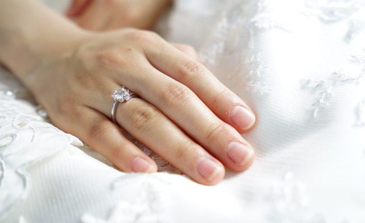 por qué el anillo de boda va en el dedo anular